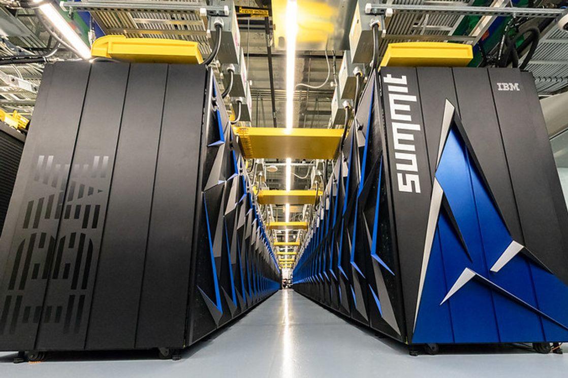 Процессорные стойки суперкомпьютера Summit